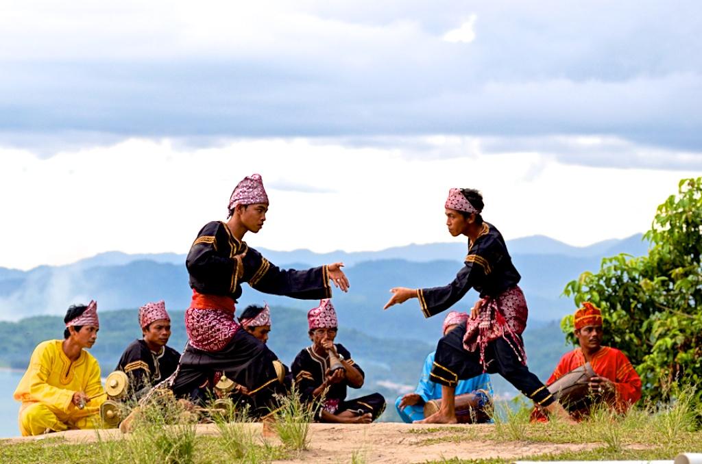 Permainan Tradisional Pencak Silat Dari Suku Minangkabau Disebut Coba Sebutkan